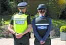 英国小城警察因气温升高穿亮粉色凉拖巡逻(图)