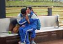 """男女中学生街头""""激吻""""雕塑引发热议(图)"""