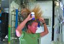 """女航员太空演示洗头过程 姐洗的是""""怒发""""(图)"""