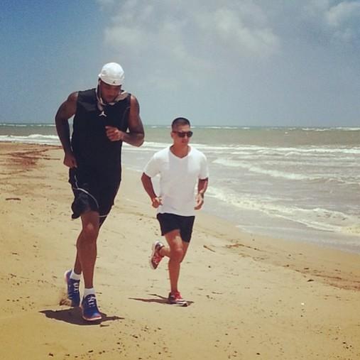 尽管现在距离NBA新赛季开赛还有两个多月的时间,但是很多球星已经迫不及待地投入到训练中去,希望下个赛季变得更强。   尼克斯队球星卡梅隆-安东尼日前在网上分享了一张自己训练的照片。清晨的海滩,甜瓜已经开始了自己的跑步训练。   之前有言论称,安东尼很有可能在2014年跳出合同加盟湖人。但是甜瓜本人表示,明年夏天的事情,他还没有认真考虑过。而他现在所想的只有下个赛季如何把冠军带到纽约。所以,这个夏天,安东尼会不停的训练,让身体和心理都为下个赛季做足准备。