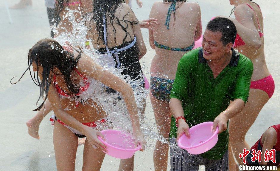 8月20日,深圳民俗文化村在新傣寨举办夏日冰爽泼水狂欢节,...