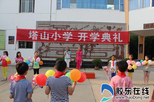 塔山翅膀开学为新生插上小学梦想召开小学上海不教拼音典礼图片