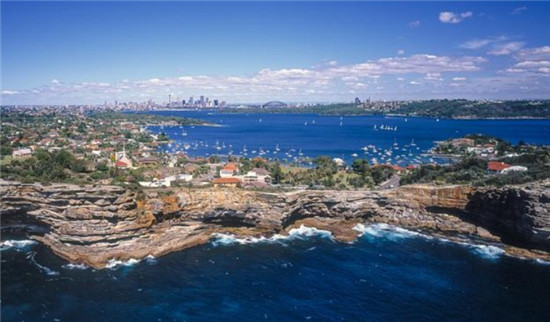 【环球网综合报道】看了这些照片,许多人大概会萌生到澳大利亚旅游的想法,据澳大利亚《新快网》9月5日报道,澳大利亚获奖摄影师Nick Rains的新书《Australia; The Photographer's Eye》里面收集了大量美图,捕捉到了澳大利亚新州最具标志性的地点在最美光线下的美态。   这本令人难以置信的旅行日志展示了全澳30多个地区的美景,其中就包括了蓝山和悉尼海港。   Rains通过阐述如何成功拍摄风景与读者分享了他25年的专业经历。(实习编辑:张雅婷 审核:谭利娅)