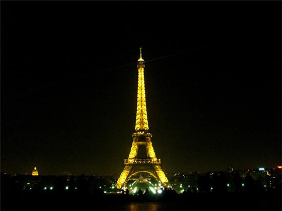 埃菲尔铁塔是巴黎的标志,也是最具代表性的建筑。无论是从远处看,站在其脚下亦或是登上埃菲尔铁塔,其景色都非常令人惊艳。塔上有三层观景台,前两层观景台都可以通过电梯或者楼梯到达。只有一部电梯到达最顶层的观景台,因此会需要等候一段时间。   无论何时、无论何地,埃菲尔铁塔都是美轮美奂的。而在夕阳西下时,登上二层或三层观景台,您能欣赏到第一无二的巴黎风光。如果您打算乘坐旅游巴士前往参观,请注意最后一趟巴士的出发到达时间。   卢浮宫