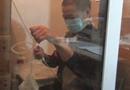 尿毒症男子建无菌室抗病魔 只盼为女儿治病