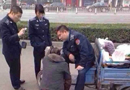 唐山商贩向城管下跪 官方回应称执法欠妥(图)