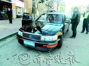 油站附近将这辆凌志车查获.-一辆车五易其主都没过户 交通违法62图片