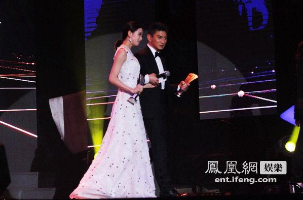 刘诗诗和吴奇隆同台现身某颁奖礼,公开恋情后的两人成了全场焦点.
