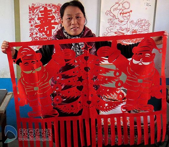 """胶东在线网12月25日讯(通讯员 孙政黎 孙航) """"圣诞节原本是西方的节日,相当于中国的春节,代表着平安幸福和吉祥。在圣诞节来临之际,我特意创作了这幅《圣诞老人》,庆祝我们祖国繁荣昌盛,平安吉祥。""""12月24日上午,莱州民间剪纸艺人陈淑香在她的工作室里展示她的剪纸《圣诞老人》。   《圣诞老人》宽1."""