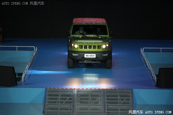 """2013年12月28日,中国国家游泳馆""""水立方"""",北京汽车旗下首款时尚硬派越野车北京40(BJ40)正式上市。北京40搭载2.4L自然吸气发动机,配备5速手动变速器,以及手动分时四驱系统。此次上市包括穿越版、征途版、酷野版3款车型,并提供熔岩红、丹霞红、珠峰白、极光绿、丘陵绿、极夜黑6种车身颜色供消费者选择,新车售价为14."""