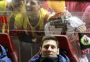 梅西内马尔替补席亲密 球迷举C罗充气娃娃(图)