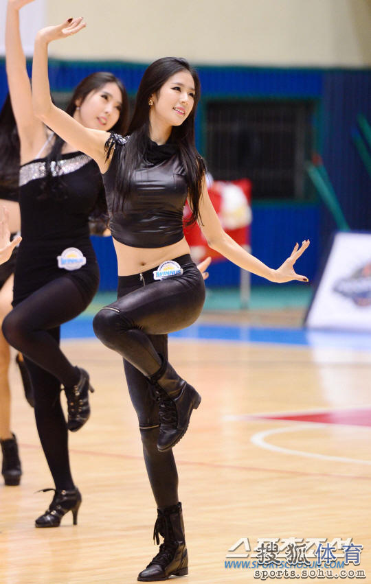 高清:棒球女神亮相韩国篮球赛 着性感皮裤领舞