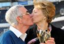74岁英超老球迷中992万携妻兑奖忘情热吻(图)