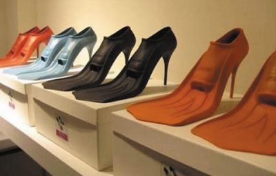 一名比利时艺术家设计出鸭掌形高跟鞋(图)
