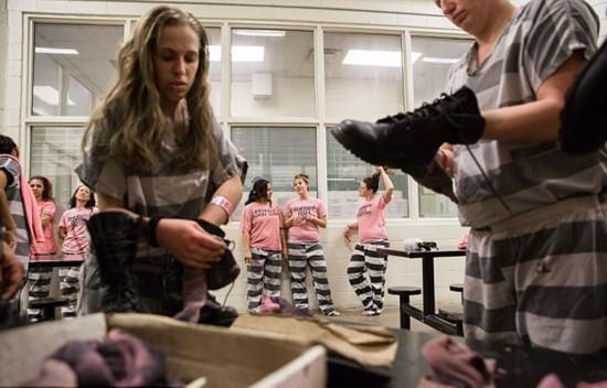 组图:揭秘美国女子重囚监狱 手铐脚镣加身
