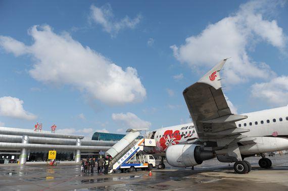 胶东在线网2月6日讯 (记者 贾楚航 通讯员 田南阳) 2月6日,烟台机场迎来返程客流高峰。当天,烟台机场进出港客运航班112个,进出港旅客约11500人次。   从2月5日开始烟台前往北京、上海、广州、深圳等地的出港航班爆满,昆明、海口等旅游航线和哈尔滨、长春等探亲流为主的航线进港航班机票售罄。据机场工作人员介绍,返程客流高峰通常将持续到正月初八,初九之后北京、上海、广州等地的客流将趋于平稳。   整个春节长假,烟台机场运行平稳。7天共保障旅客进出港约6.