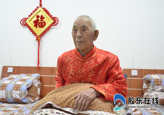 """刘盛兰老人抱着自己的""""枕头"""""""