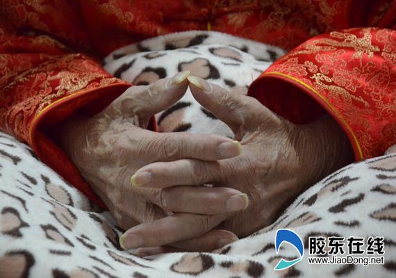 刘盛兰老人双手合十观看颁奖典礼