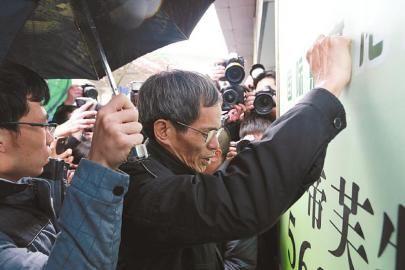 昨日,林森浩的父亲走出法庭后,靠着墙失声痛哭.
