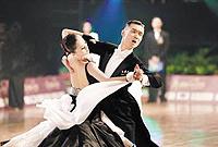 交际舞慢三花样_信息中心 交谊舞中三步花样,自然大方优美舞蹈魅力动人   交谊舞慢三