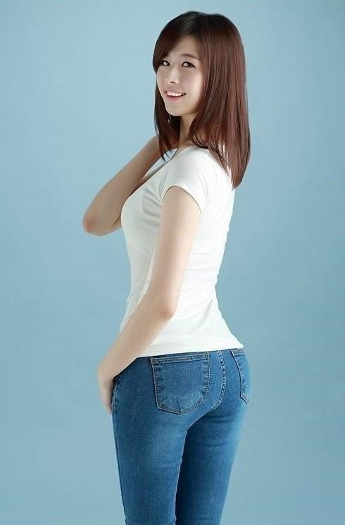 首尔大学女神低胸网袜拍杂志图