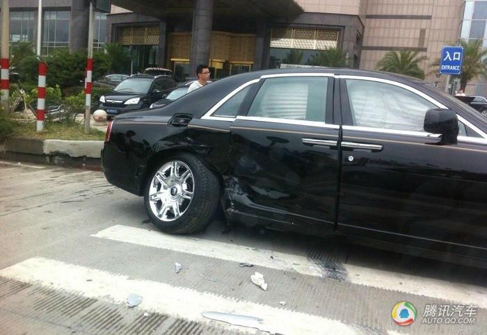 卡罗拉撞上劳斯莱斯 后果悬殊 汽车频高清图片