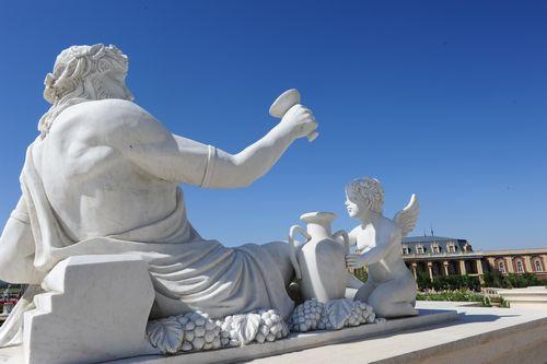 新疆张裕巴保男爵酒庄内的欧式雕塑