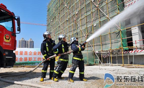 施工现场突发事故应急救援消防演练-莱山在某工地现场举行突发事故