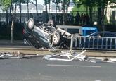 红旗西路发生交通事故 一SUV横扫护栏侧翻(图)