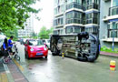 北京:车辆因堵住小区道路被居民开车撞翻(图)