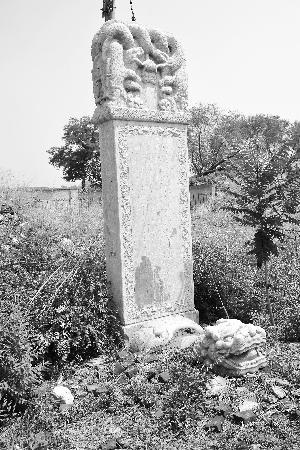 清名将石碑藏身废墟:汉白玉雕成部分已腐蚀