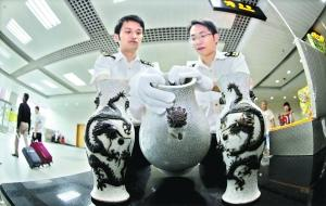 海关截获4件非法出境文物含民国镶瓷板挂屏