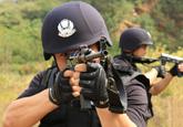 高清图:烟台特警荷枪实弹演练提升反恐作战能力