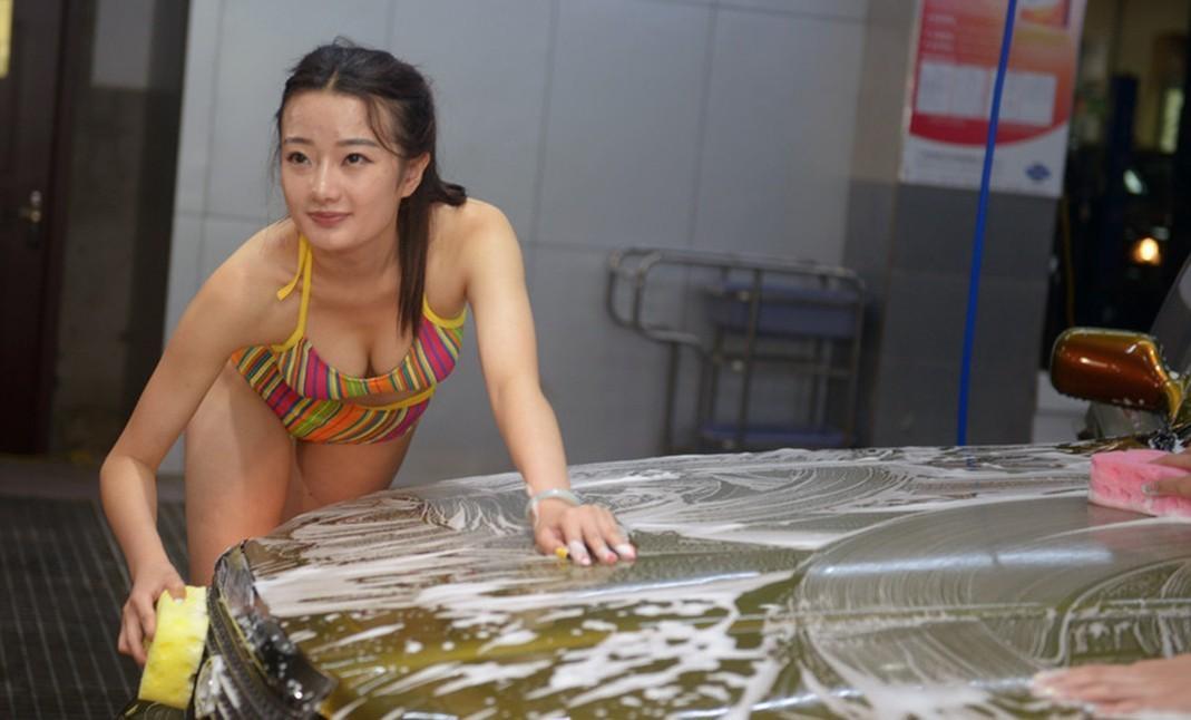 北京刚叫停 太原山寨比基尼洗车