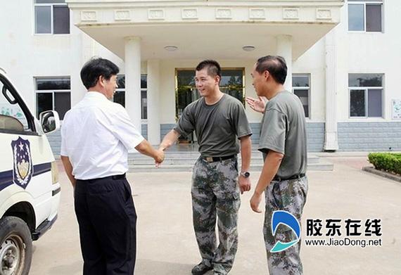 蓬莱市检察院领导慰问驻蓬部队官兵(图)