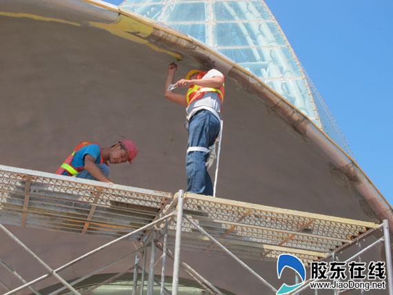 对玻璃幕墙及内部钢结构进行修缮;对栈桥的防腐木条