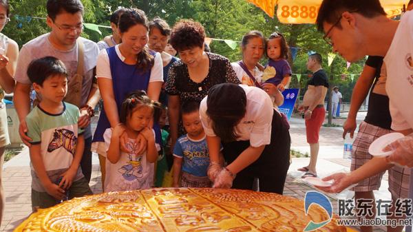 """胶东在线网9月8日讯(记者 李婷婷 通讯员 邓月华)中秋佳节是一家人团聚的时刻。记者在市区南山公园、毓璜顶公园及东炮台公园看到,游客或三三两两结伴,或一家三口出游,其乐融融,享受着多彩的节日文化大餐。   市区南山公园举办了""""动物去哪儿""""科普互动活动,现场孩子一片欢腾。动物园里不少游客围在直径1."""