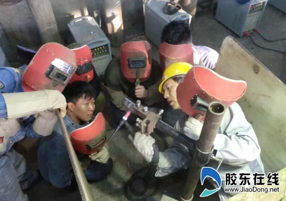 于兴在指导学生焊接训练