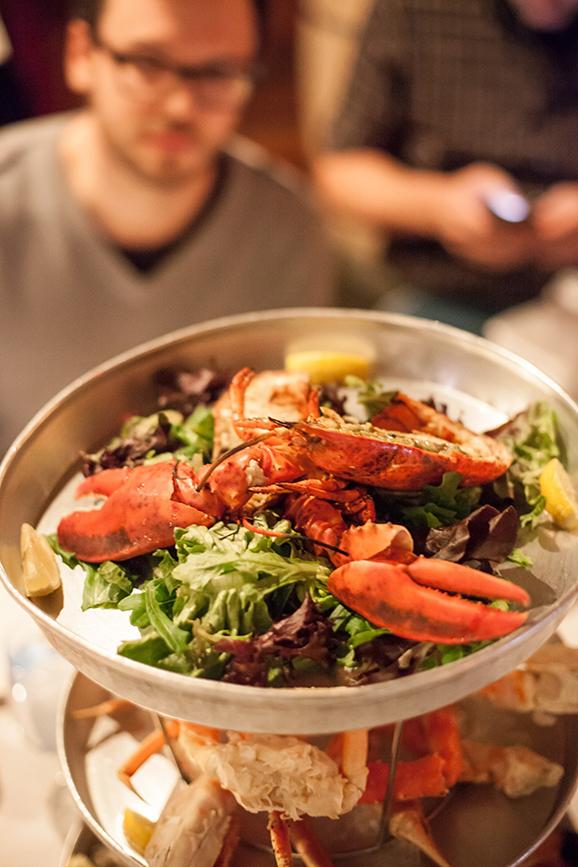 """水下花园里的美味集锦   从西海岸开始,每年春秋两季跟随温哥华海滩水生植物专家戴安伯纳德(Diane Bernard)的脚步,在海边辨识和品尝超过300种可食用的海藻。黛安娜素有有""""海藻女王""""之称,对于她来说大海就是一个博大、广阔、狂野的水下花园。或者入住位于维多利亚(Victoria)城外的Brentwood Bay度假村,在那里宾客可以与海洋生物学家一起将刚刚从深海打捞回来的大虾搬上烧烤台,配着一杯冰爽白葡萄酒享用一餐海鲜烧烤。而钟情于蟹味的食客还可到温哥华海滩,亲自从捕"""