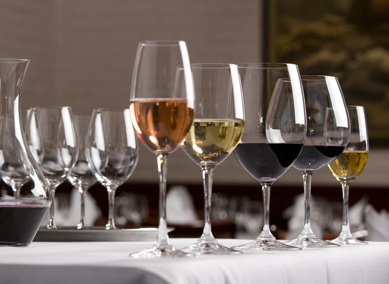 喝葡萄酒时为什么要用郁金香形高脚杯?