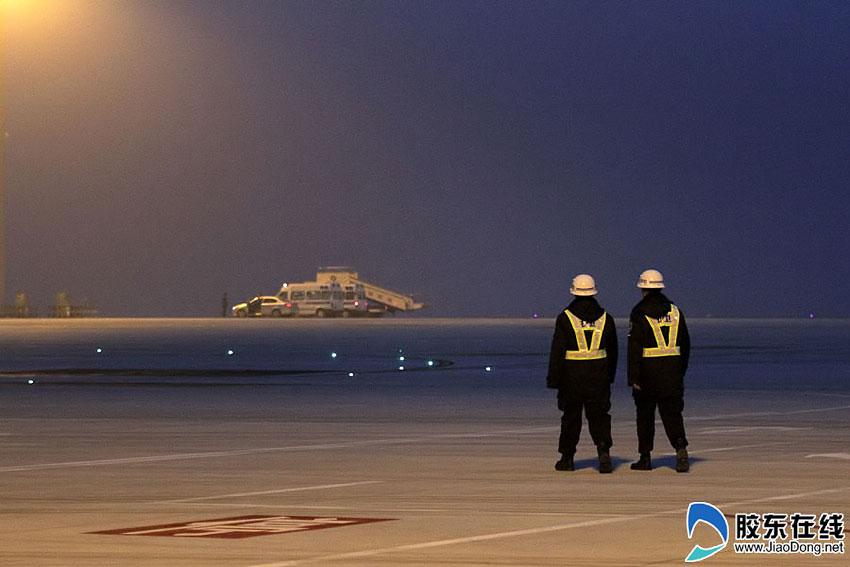 飞机降落前,地面工作人员就位