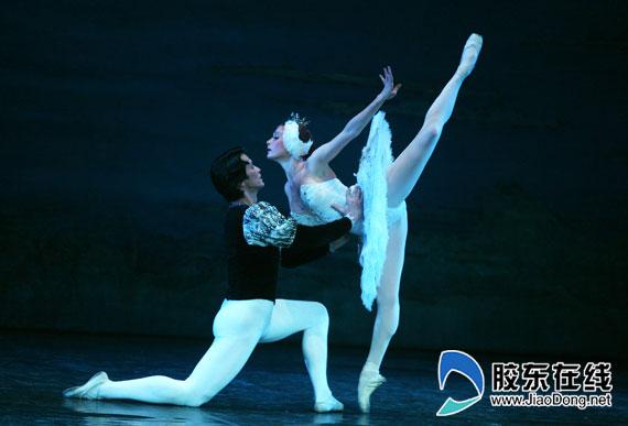 """胶东在线网12月31日讯(记者 李婷婷)从交响乐到音乐会,从探戈舞剧到芭蕾舞剧……烟台大剧院2015新年演出季即将拉开序幕,多台好戏相继登场。既有乐迷喜欢的亲民音乐会,又有阿根廷探戈和孩子们喜欢的儿童剧,既有俄罗斯爱乐交响乐团,又有芭蕾舞剧院等经典乐团,多种艺术形式为港城观众的新年加""""年味""""。   俄罗斯爱乐交响乐团拉幕新年演出季   俄罗斯众多音乐家全情演奏名家名曲,1月7日将在烟台大剧院奏响新春欢腾序曲。此次来烟,俄罗斯著名女高音歌唱家和爱乐乐"""