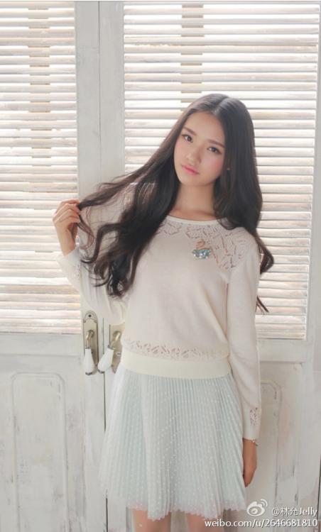 她的名字叫林允,18岁,是一位签约模特,长相清纯可爱,私照曝光.
