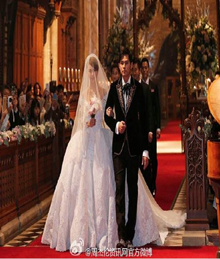 """周杰伦与昆凌身上的服装是""""欧式复古风""""的手工订制服,两人华丽现身在"""