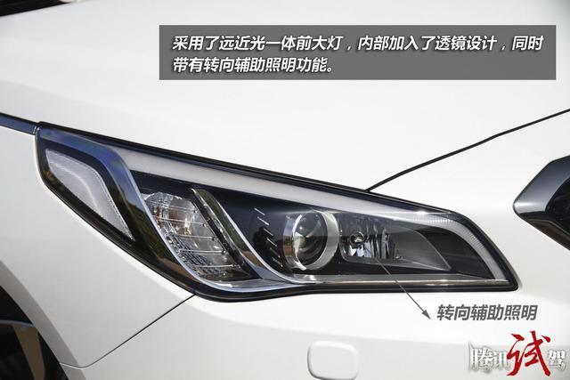 不只是更大更漂亮 试驾北京现代第九代索纳塔1.6T 第九代索纳塔采用了远近光一体前大灯,内部加入了透镜设计,结构很简单,看上去也很有神,不过内部并没有加入LED日行灯,实际上大灯上部的浅色线条仅作为灯眉装饰之用。