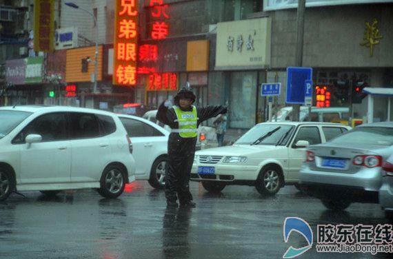 交警在风雨中疏导交通