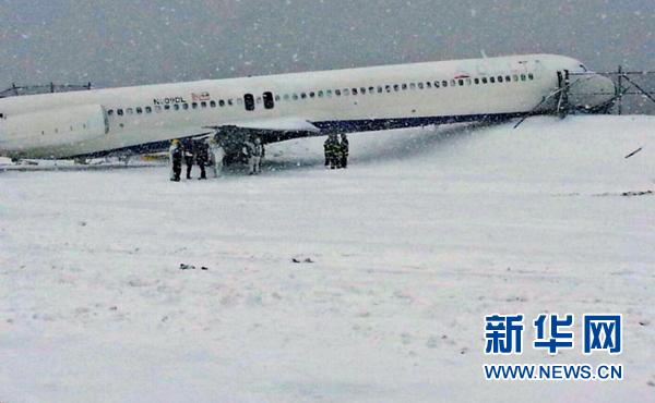 纽约:飞机滑出跑道人员安全撤离(图)