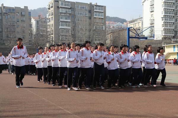烟台一中进行大课间跑操教育_胶东在线比赛频柯南小兰初中图片