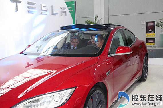 特斯拉展位,一位市民正在车内体验