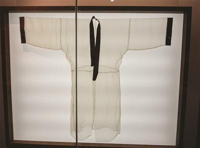 西汉素纱襌衣薄如蝉翼叠起十层仍可看报纸